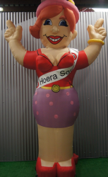 Sarah ''Hoera'' Opblaasfiguur - 3,5m - VERHUUR